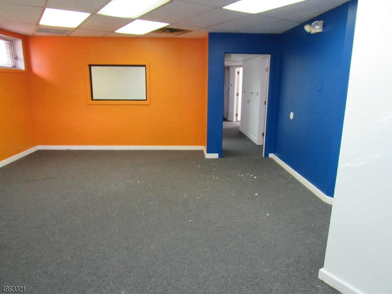 Commercial pour l à louer à 111 COURTYARD Drive Hillsborough, New Jersey 08844 États-Unis