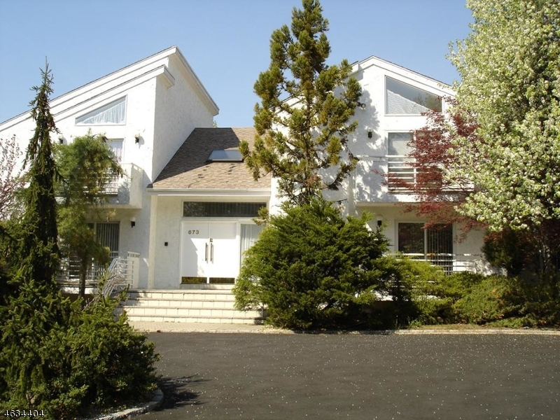 Maison unifamiliale pour l Vente à 673 S Orange Avenue Livingston, New Jersey 07039 États-Unis