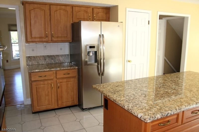 Additional photo for property listing at 1 Yellow Brick Road  Wayne, Нью-Джерси 07470 Соединенные Штаты
