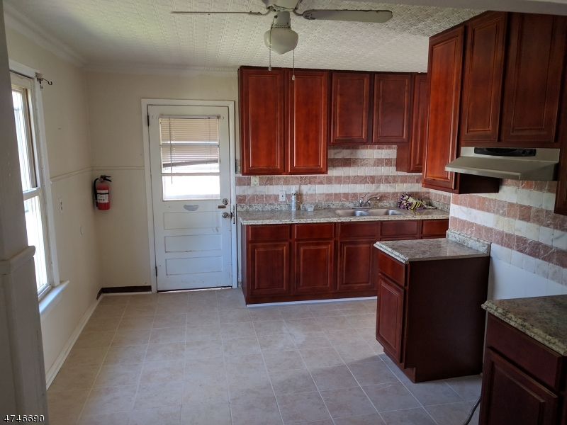 Частный односемейный дом для того Аренда на 42 Myrtle Avenue Nutley, Нью-Джерси 07110 Соединенные Штаты
