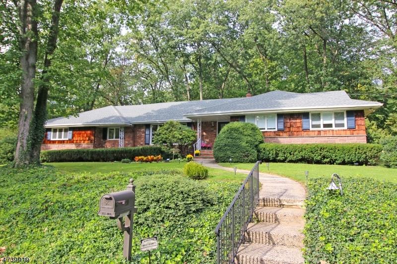 Частный односемейный дом для того Продажа на 20 Dorchester Road Woodcliff Lake, Нью-Джерси 07677 Соединенные Штаты
