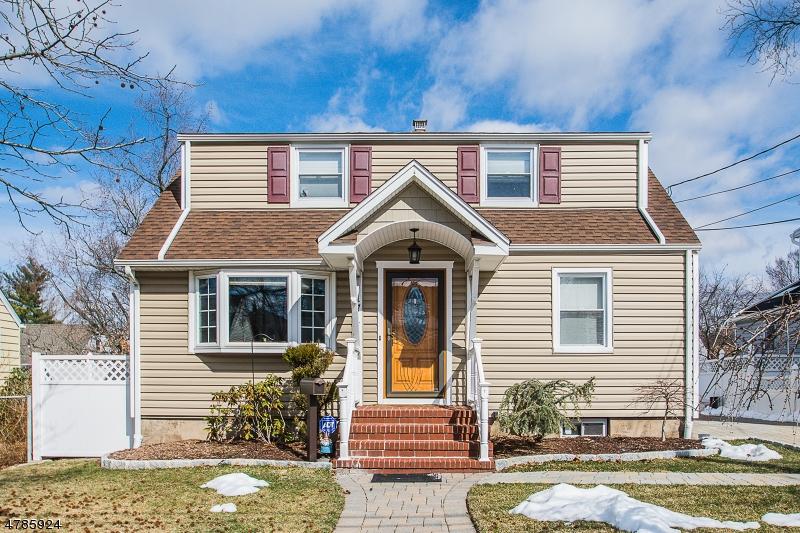 Maison unifamiliale pour l Vente à 171 New York Avenue 171 New York Avenue Bergenfield, New Jersey 07621 États-Unis