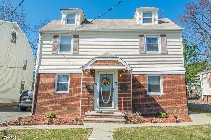 Nhà ở nhiều gia đình vì Bán tại 828-830 Pompton Avenue Cedar Grove, New Jersey 07009 Hoa Kỳ