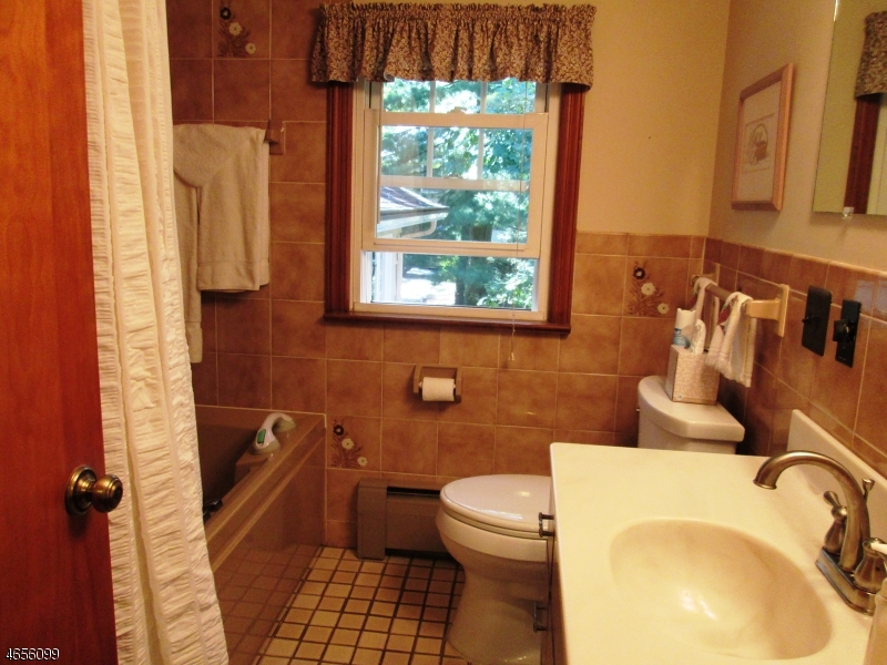 Additional photo for property listing at 141 Lake Dr W  Wayne, Nueva Jersey 07470 Estados Unidos
