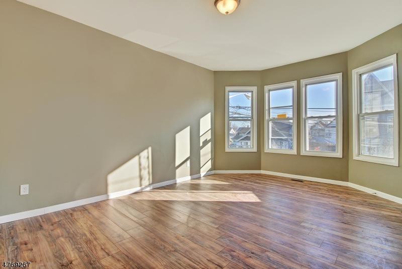 Частный односемейный дом для того Аренда на 1026-1028 E 22ND Street Paterson, Нью-Джерси 07513 Соединенные Штаты