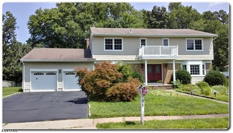 Tek Ailelik Ev için Satış at 95 GLENROY Road Fairfield, New Jersey 07004 Amerika Birleşik Devletleri