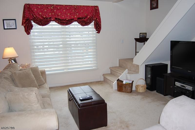 Additional photo for property listing at 2 Oak Street  Rockaway, Нью-Джерси 07866 Соединенные Штаты