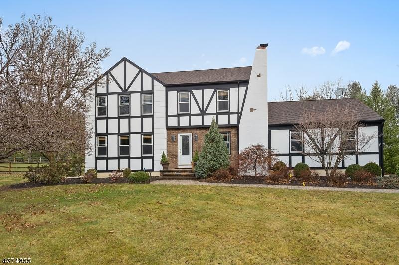 Частный односемейный дом для того Продажа на 1 Logan Way Whitehouse Station, 08889 Соединенные Штаты