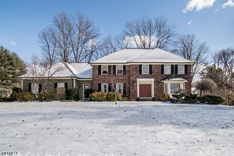 Частный односемейный дом для того Продажа на 139 SHAWNEE PATH Long Hill, Нью-Джерси 07946 Соединенные Штаты