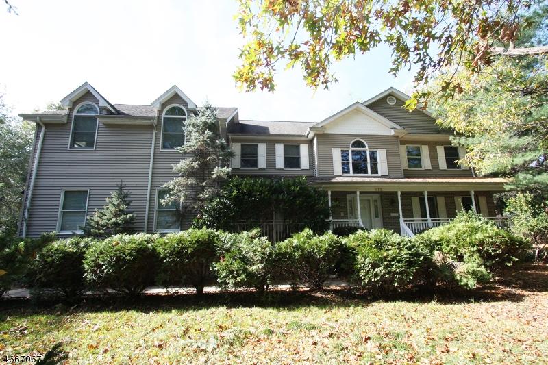 Частный односемейный дом для того Продажа на 572 W Saddle River Road Ridgewood, 07450 Соединенные Штаты