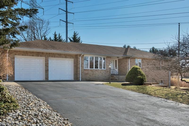 Maison unifamiliale pour l Vente à 147 Kingwood Drive Little Falls, New Jersey 07424 États-Unis