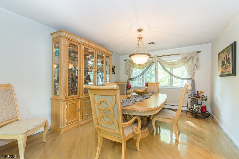 Additional photo for property listing at 8 Pinewood Ter  Fairfield, Nueva Jersey 07004 Estados Unidos