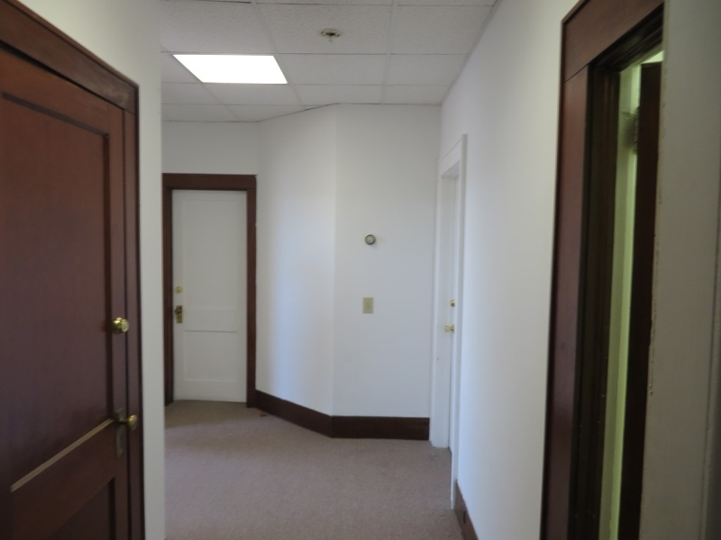 Additional photo for property listing at 28 W Somerset Street  Raritan, Нью-Джерси 08869 Соединенные Штаты
