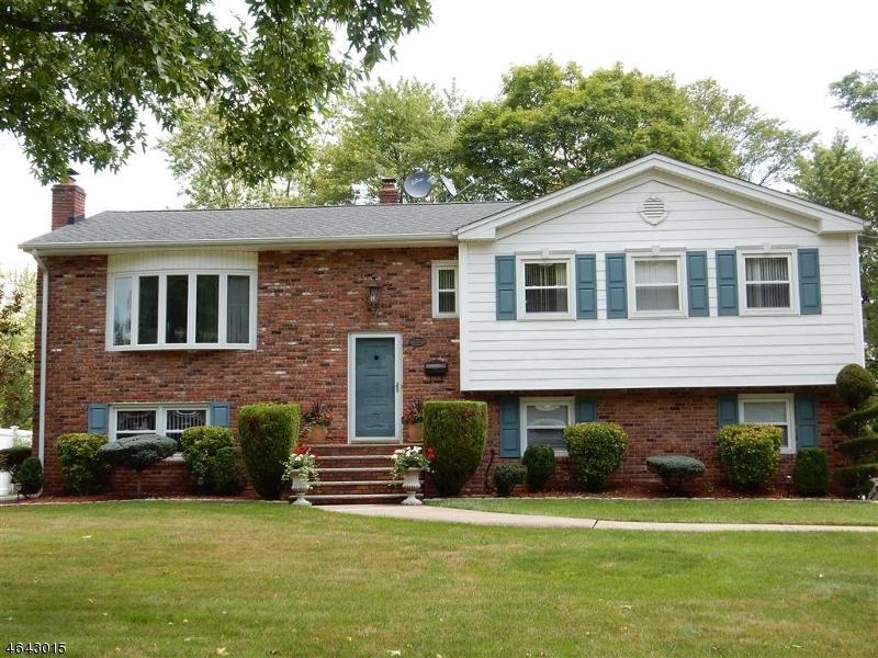 Casa Unifamiliar por un Venta en 76 WHEATSHEAF Road Clark, Nueva Jersey 07066 Estados Unidos