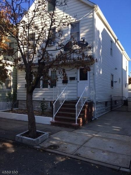 Maison avec plusieurs logements pour l Vente à 21 E 14th Street Bayonne, New Jersey 07002 États-Unis
