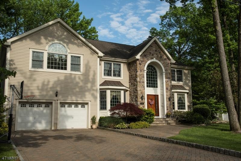 Maison unifamiliale pour l Vente à 1002 Ellis Pkwy Edison, New Jersey 08820 États-Unis