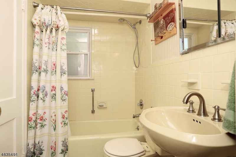 Additional photo for property listing at 280 North Blvd  Saddle Brook, New Jersey 07663 États-Unis
