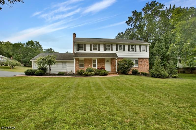 Maison unifamiliale pour l Vente à 2 Kings Court Woodcliff Lake, New Jersey 07677 États-Unis