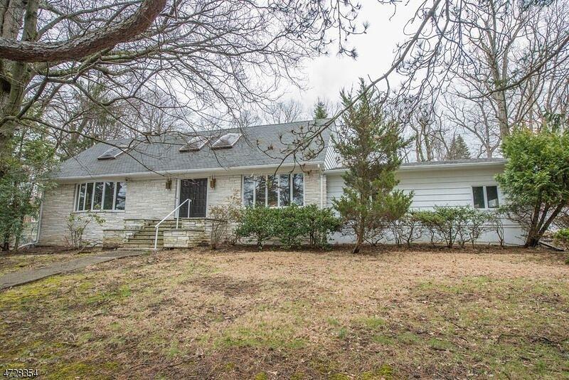 Maison unifamiliale pour l Vente à 7 Robinwood Drive Little Falls, New Jersey 07424 États-Unis
