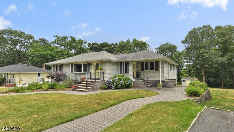 Single Family Homes para Venda às Bloomingdale, Nova Jersey 07403 Estados Unidos