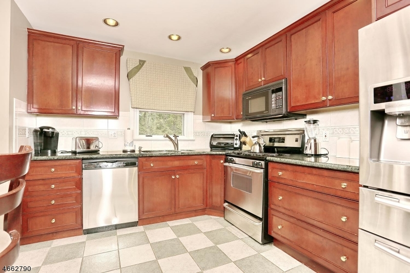 Additional photo for property listing at 18 RUSTIC Drive  Waldwick, Нью-Джерси 07463 Соединенные Штаты