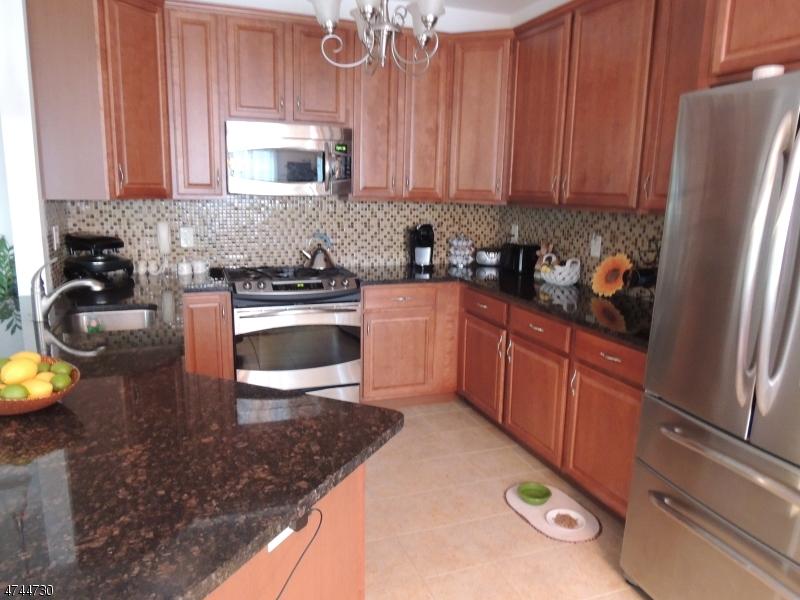 واحد منزل الأسرة للـ Sale في 4109 Harcourt Road 4109 Harcourt Road Clifton, New Jersey 07013 United States