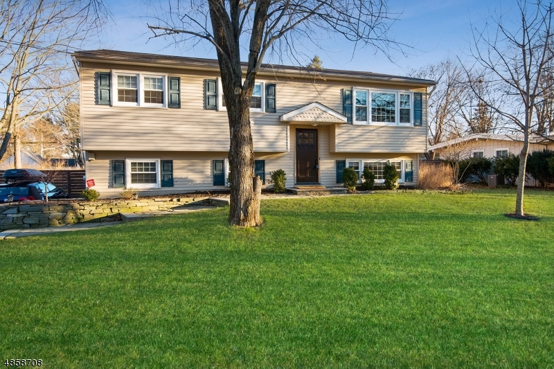 Частный односемейный дом для того Продажа на 704 E BALDWIN Street Hackettstown, Нью-Джерси 07840 Соединенные Штаты