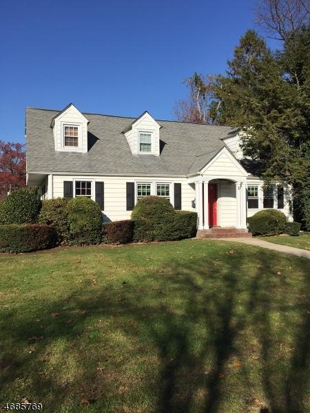 Maison unifamiliale pour l Vente à 1 Alexander Avenue Nutley, New Jersey 07110 États-Unis