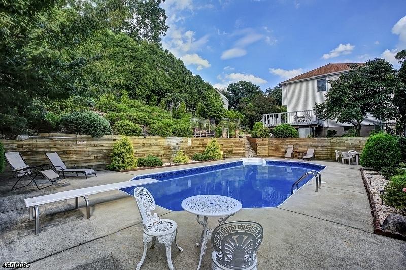 Maison unifamiliale pour l Vente à 1 Crestview Court Roseland, New Jersey 07068 États-Unis