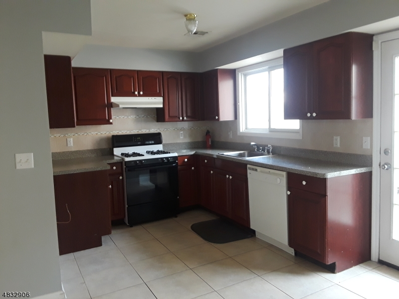 Кондо / дом для того Аренда на 41 VALSUMO LANE Newark, Нью-Джерси 07105 Соединенные Штаты
