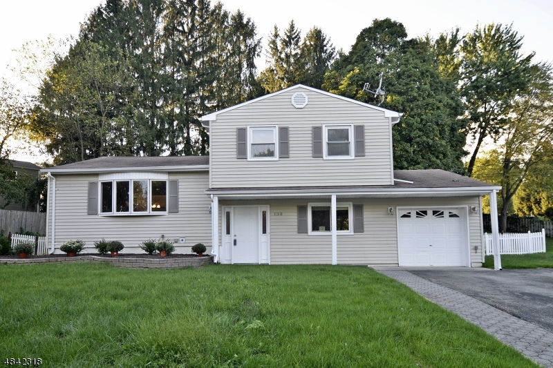 Maison unifamiliale pour l Vente à 138 COLLEGE VIEW Drive Hackettstown, New Jersey 07840 États-Unis