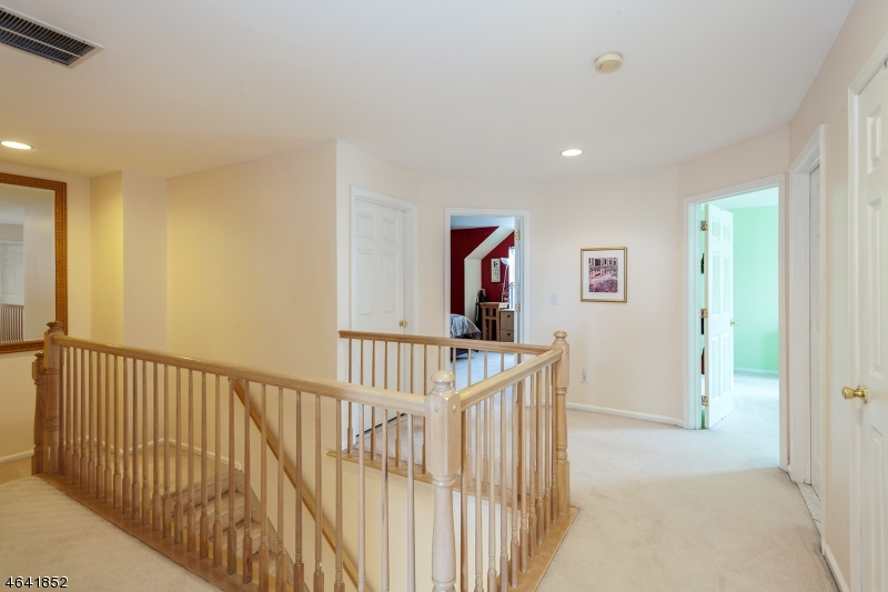 Additional photo for property listing at 1045 Shadowlawn Drive  Dunellen, 新泽西州 08812 美国