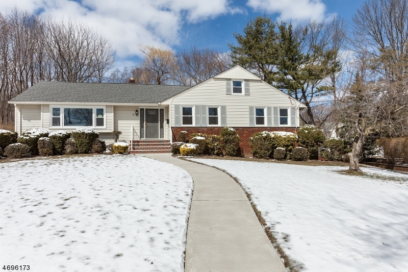 Maison unifamiliale pour l Vente à 18 Dodd Ter Verona, New Jersey 07044 États-Unis