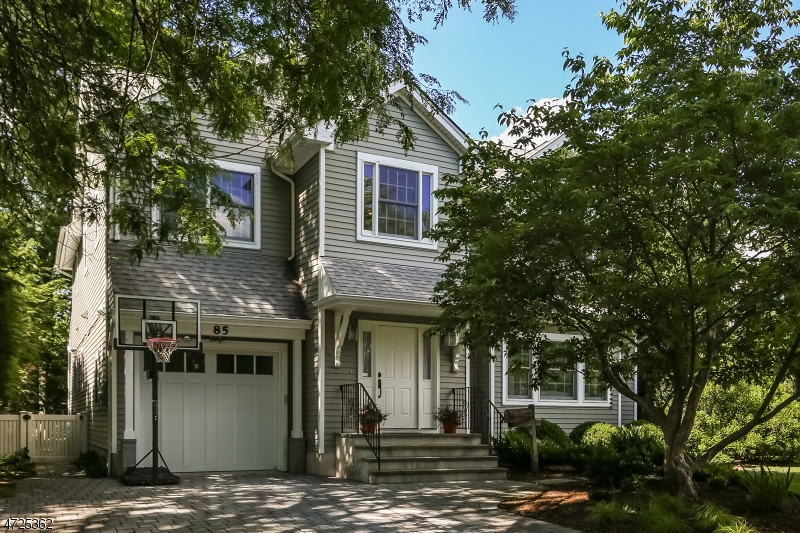 Maison unifamiliale pour l Vente à 85 WALDRON Avenue Glen Rock, New Jersey 07452 États-Unis