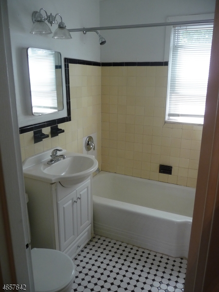 Additional photo for property listing at 8 Green Acres Drive  Verona, New Jersey 07044 États-Unis