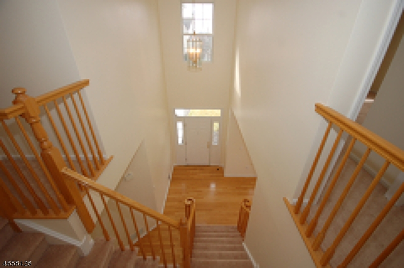 Additional photo for property listing at 10 Hannah Court  Whitehouse Station, New Jersey 08889 États-Unis
