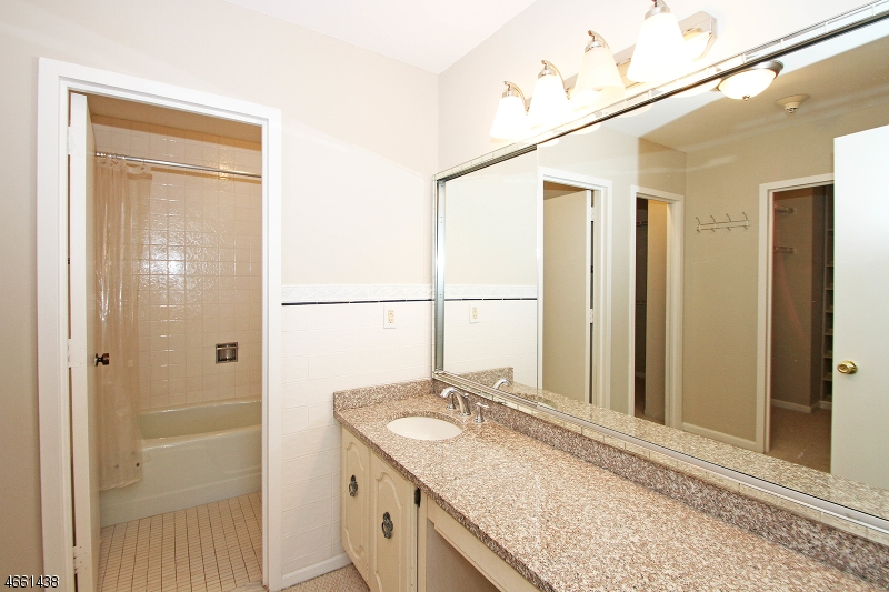 Additional photo for property listing at 2 Claridge Dr, 10NW  Verona, New Jersey 07044 États-Unis