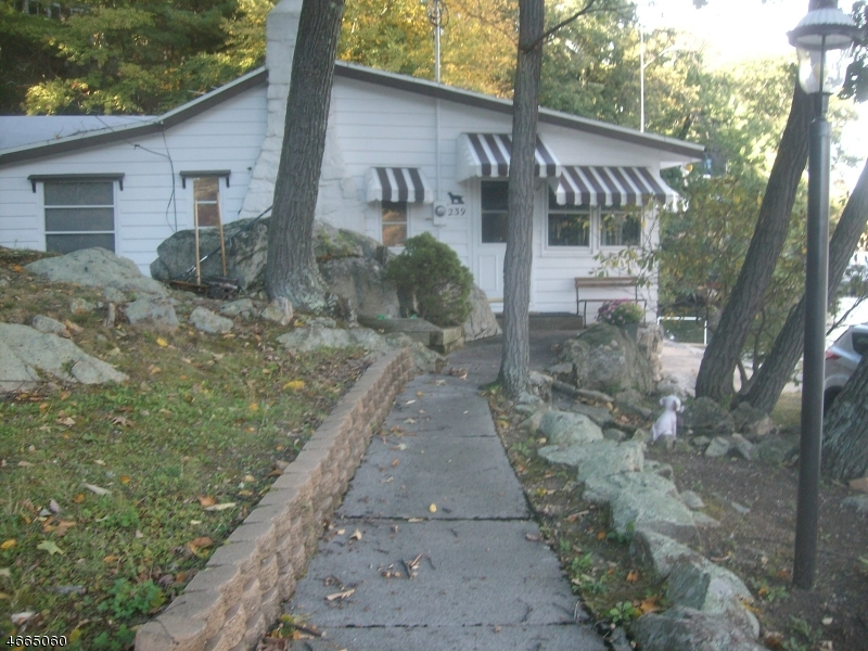 Additional photo for property listing at 239 Squaw Trail  Hopatcong, Нью-Джерси 07821 Соединенные Штаты