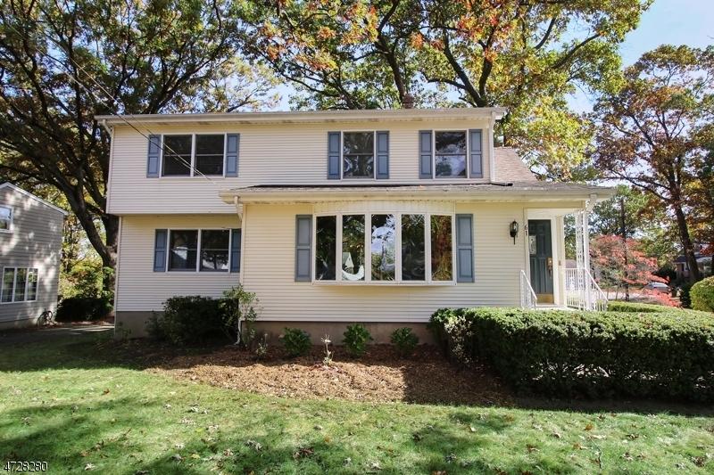 Maison unifamiliale pour l Vente à 61 Heights Road Midland Park, New Jersey 07432 États-Unis
