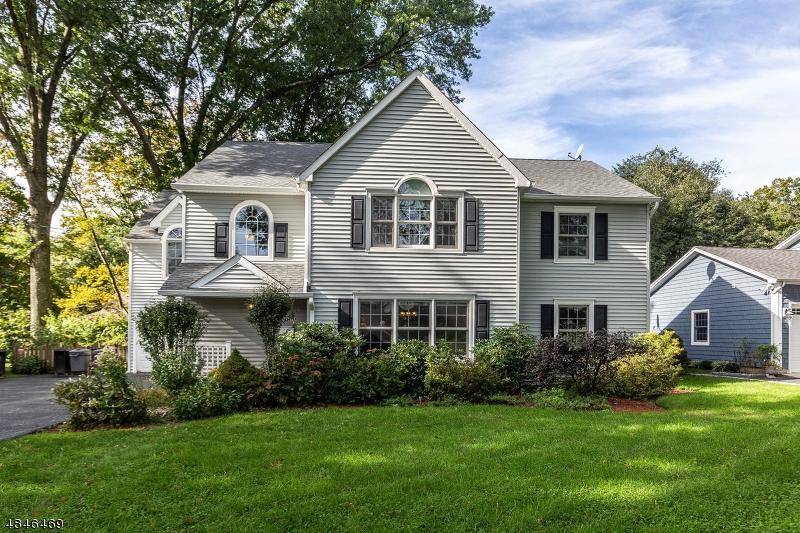 Single Family Homes للـ Sale في 56 RADBURN Road Glen Rock, New Jersey 07452 United States