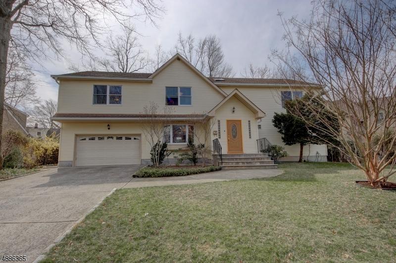 Maison unifamiliale pour l Vente à 17 GREENWOOD DR 1X Fair Lawn, New Jersey 07410 États-Unis