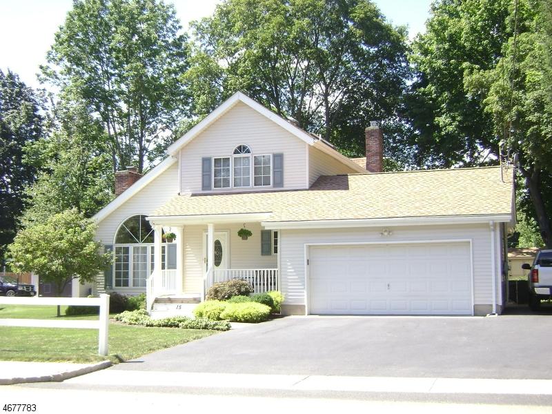 Maison unifamiliale pour l Vente à 15 N Dell Avenue Kenvil, New Jersey 07847 États-Unis