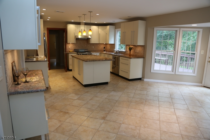 Частный односемейный дом для того Продажа на 57 Tremont Drive East Hanover, 07936 Соединенные Штаты