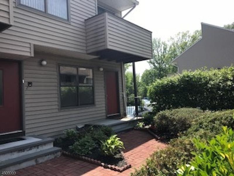 公寓 / 联排别墅 为 销售 在 77 LIBERTY ST UNIT 1 Little Ferry, 新泽西州 07643 美国
