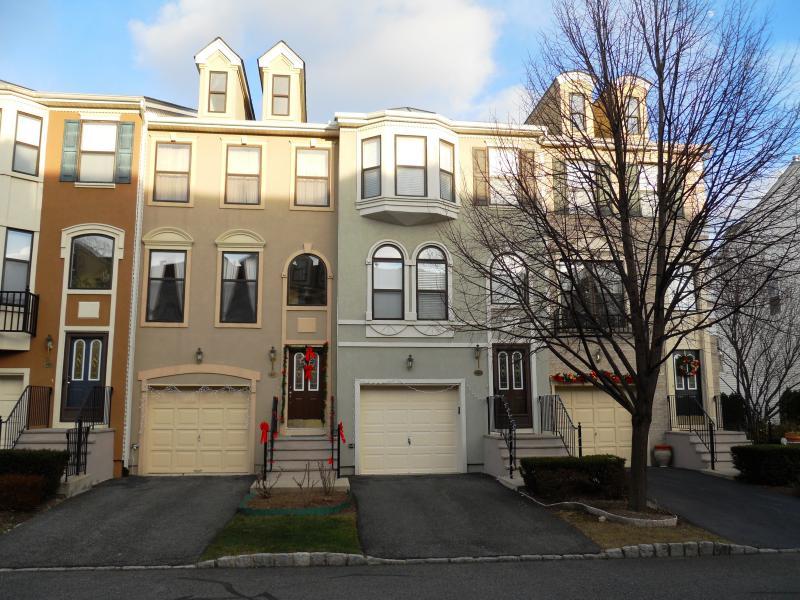 Кондо / дом для того Аренда на 416 MANCHESTER Drive Nutley, Нью-Джерси 07110 Соединенные Штаты