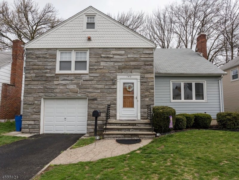 Maison unifamiliale pour l Vente à 145 CHARLOTTE TER Roselle Park, New Jersey 07204 États-Unis