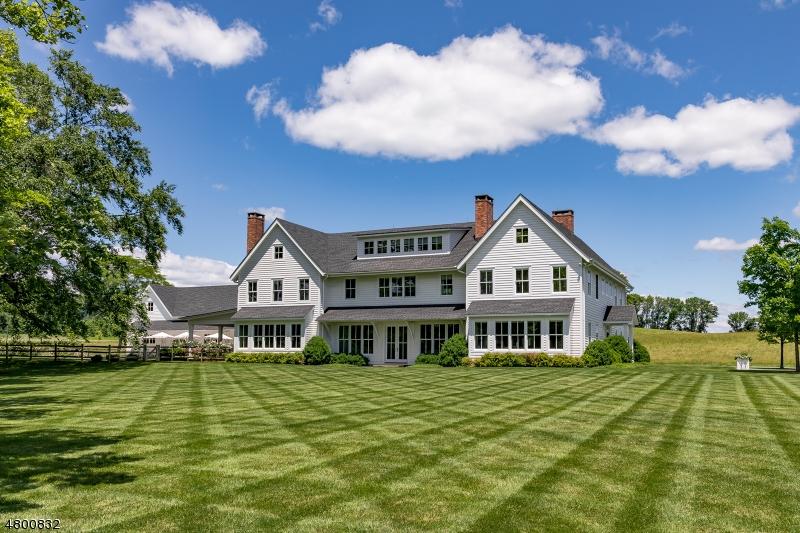 Maison unifamiliale pour l Vente à 40 King Street Tewksbury Township, New Jersey 08858 États-Unis