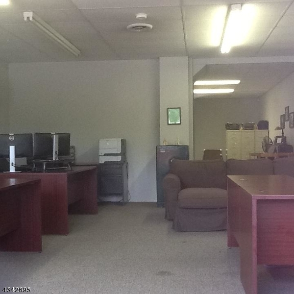 Additional photo for property listing at 155 TURNPIKE - GROUND FL.  Pequannock, New Jersey 07440 États-Unis