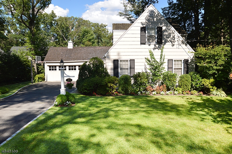 Single Family Home for Sale at 33 Glen Oaks Avenue Summit, New Jersey 07901 United States