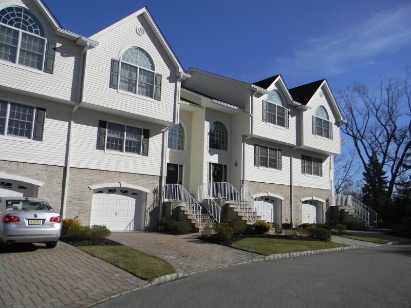 Частный односемейный дом для того Аренда на 12 Sara Kathryn Way Waldwick, Нью-Джерси 07463 Соединенные Штаты